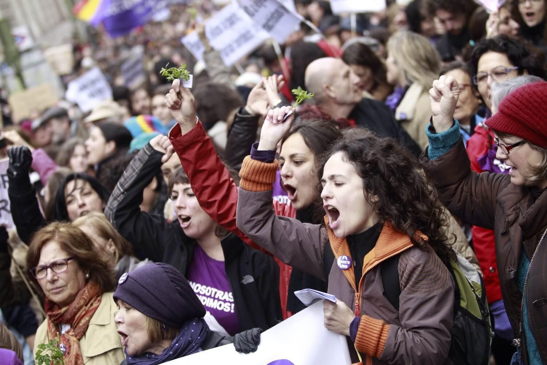 GRA130 MADRID, 08/02/2014.- Numerosas mujeres se manifestaron en la marcha convocada por el Movimiento Feminista de Madrid para mostrar su rechazo al anteproyecto de la ley del aborto que transcurrió desde la glorieta de San Bernardo hasta la plaza de Callao. EFE/Víctor Lerena
