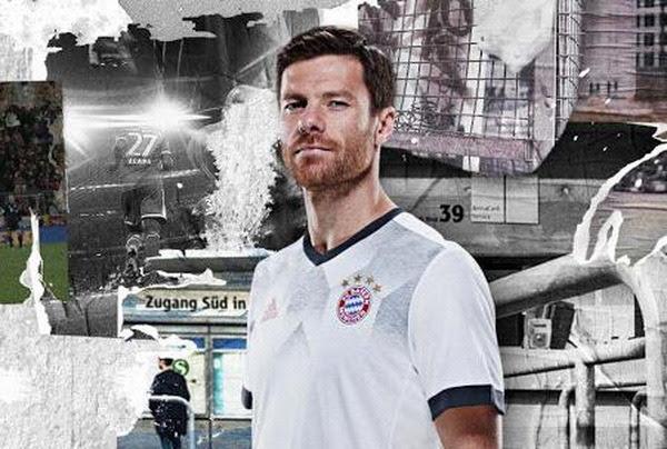 El nuevo camiseta del Bayern Munich pre-partido 2017 2018 baratas es blanca con una impresión gráfica inspirada 1990s y un logotipo rojo de Adidas en el pecho derecho. El cuello y las mangas son de color gris oscuro.