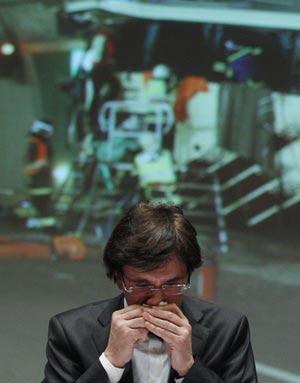 O premiê belga, Elio di Rupo, chora nesta quarta-feira (14) ao falar sobre o acidente, na cidade de Sion (Foto: Reuters)