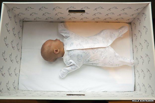 Γιατί τα μωρά στη Φινλανδία κοιμούνται σε χαρτονένια κουτιά;
