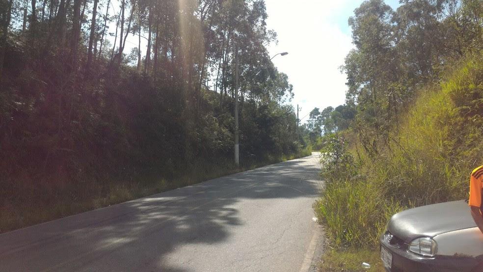 Corpo do pai estava no acostamento de uma rodovia em Araçariguama (Foto: Daniela Golfieri/TV TEM)