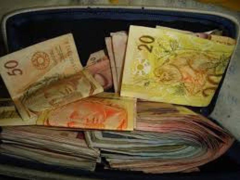 Enquanto contratados ficam sem salários em Porto Real do Colégio, parentes de secretário dobram salários