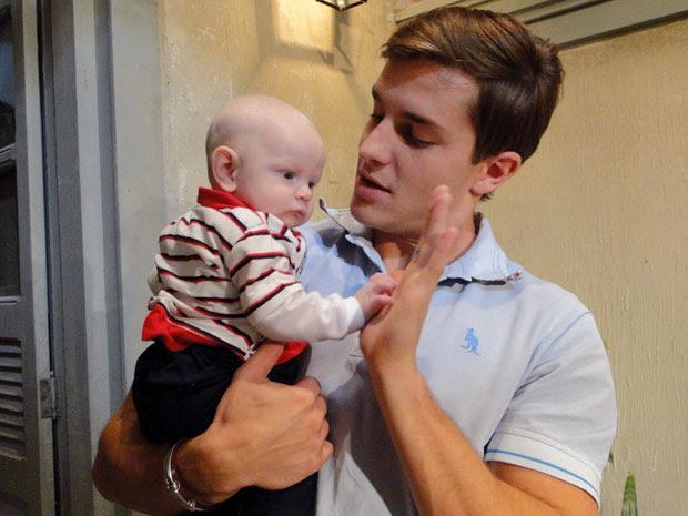 Klebber adora segurar a mãozinha do bebê (Foto: Morde & Assopra / Tv Globo)