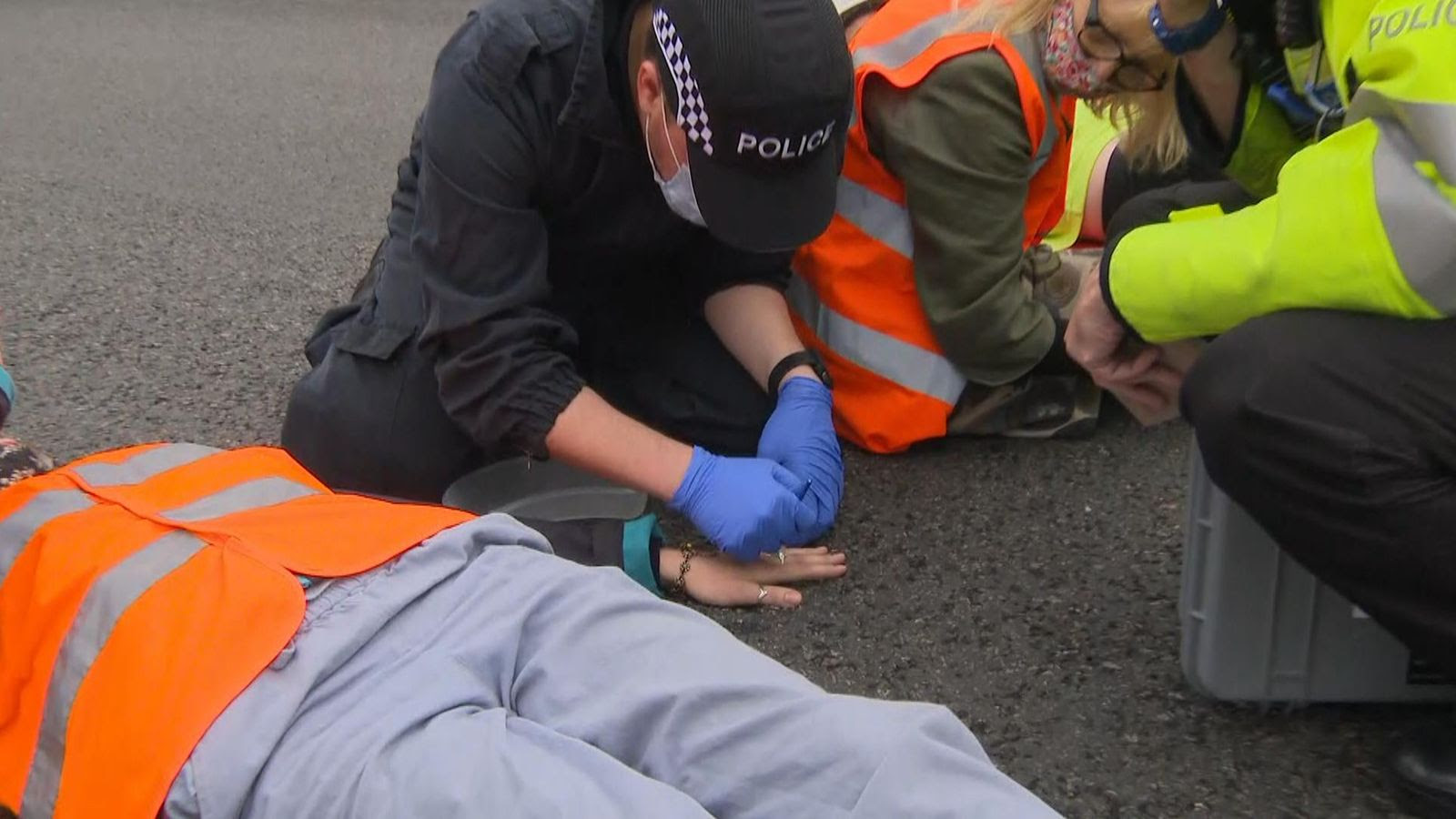 Climate protest: Demonstrators glue their hands to the M25