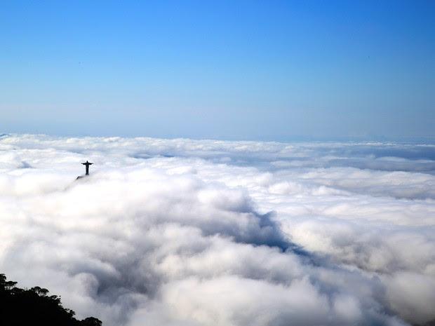 Cristo Redentor amanhece encoberto no Rio nesta quarta (17) (Foto: Marcos Estrella/TV Globo)