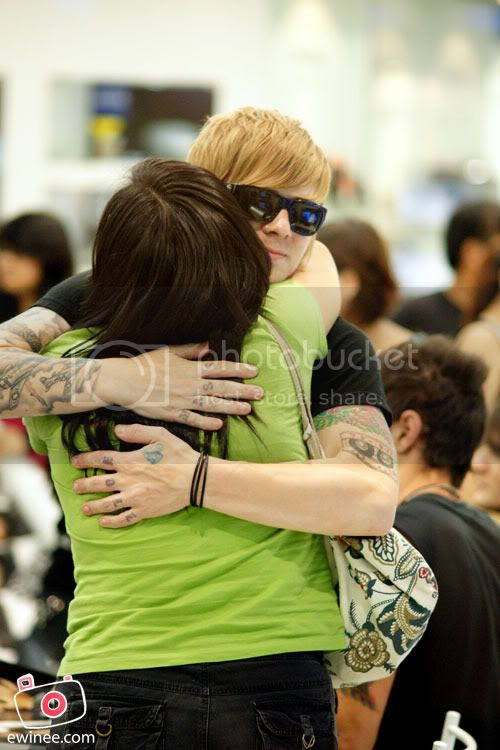 Boys-like-girls-hugging-Bryan-SOny