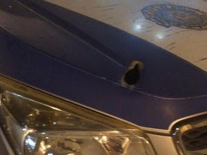 Carro da PM foi atingido por tiros (Foto: Arquivo pessoal)