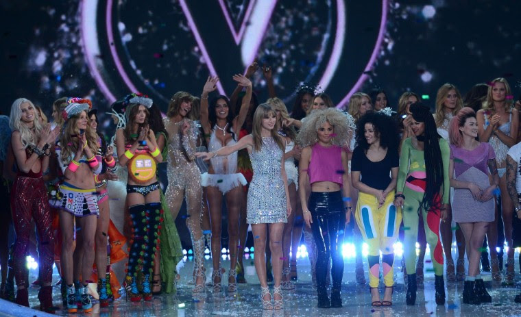 Singer Taylor Swift (C) and models celebrate at the end of the 2013 Victoria's Secret Fashion Show at the Lexington Avenue Armory on November 13, 2013 in New York. (Emmanuel Dunand/Getty Images)