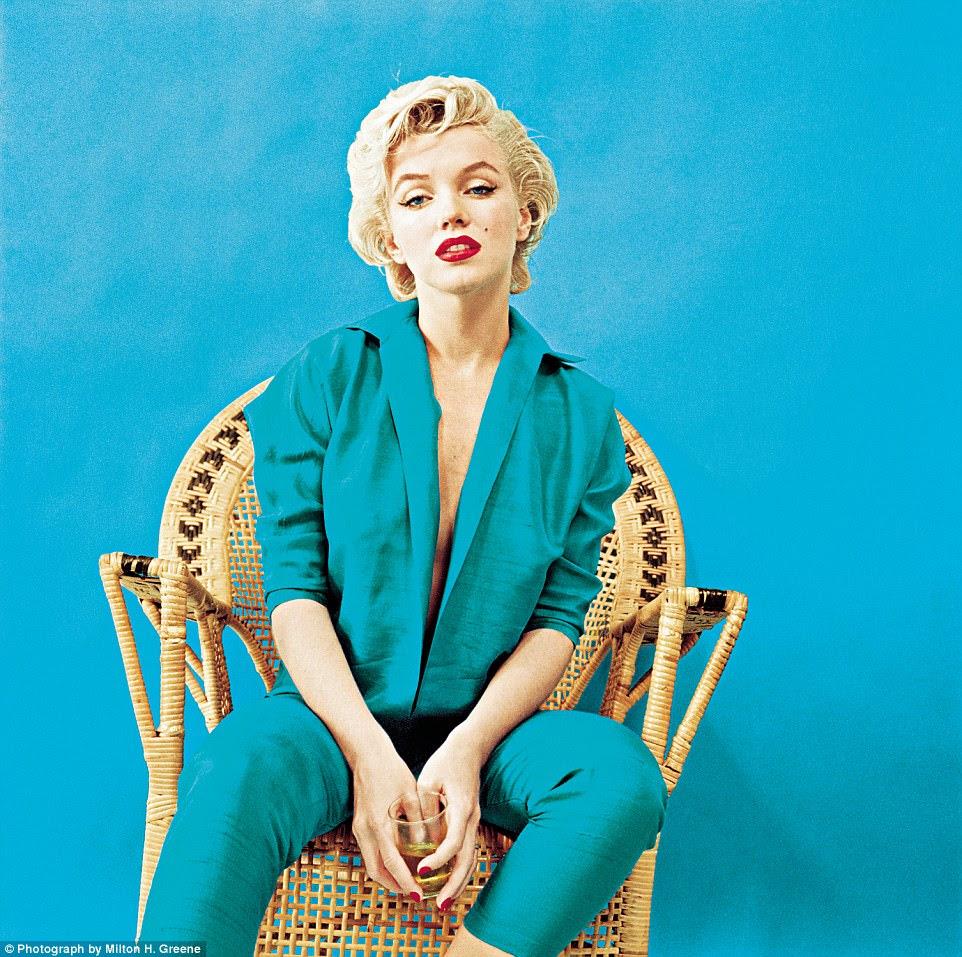 Lady swigs the booze: um retrato pensativo, com uma bebida na mão, filmado no estúdio de Greene em Nova York em março de 1955. A roupa foi projetada por Jax de Hollywood e tornou-se um olhar de assinatura para Monroe