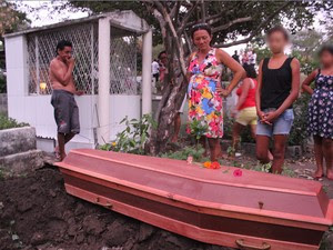 Adolescente espancado até a  morte foi enterrado em  Teresina (Foto: Ellyo Teixieira/ G1)