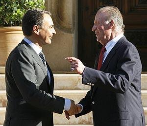 Zapatero y Don Juan Carlos se saludan en Palma de Mallorca. (Foto: EFE)