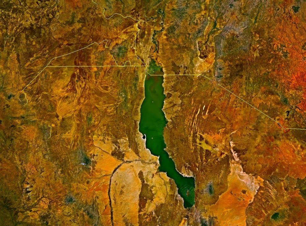 """Vue satellitaire du lac Turkana, la """"mer de Jade"""" dans le rift kenyan"""