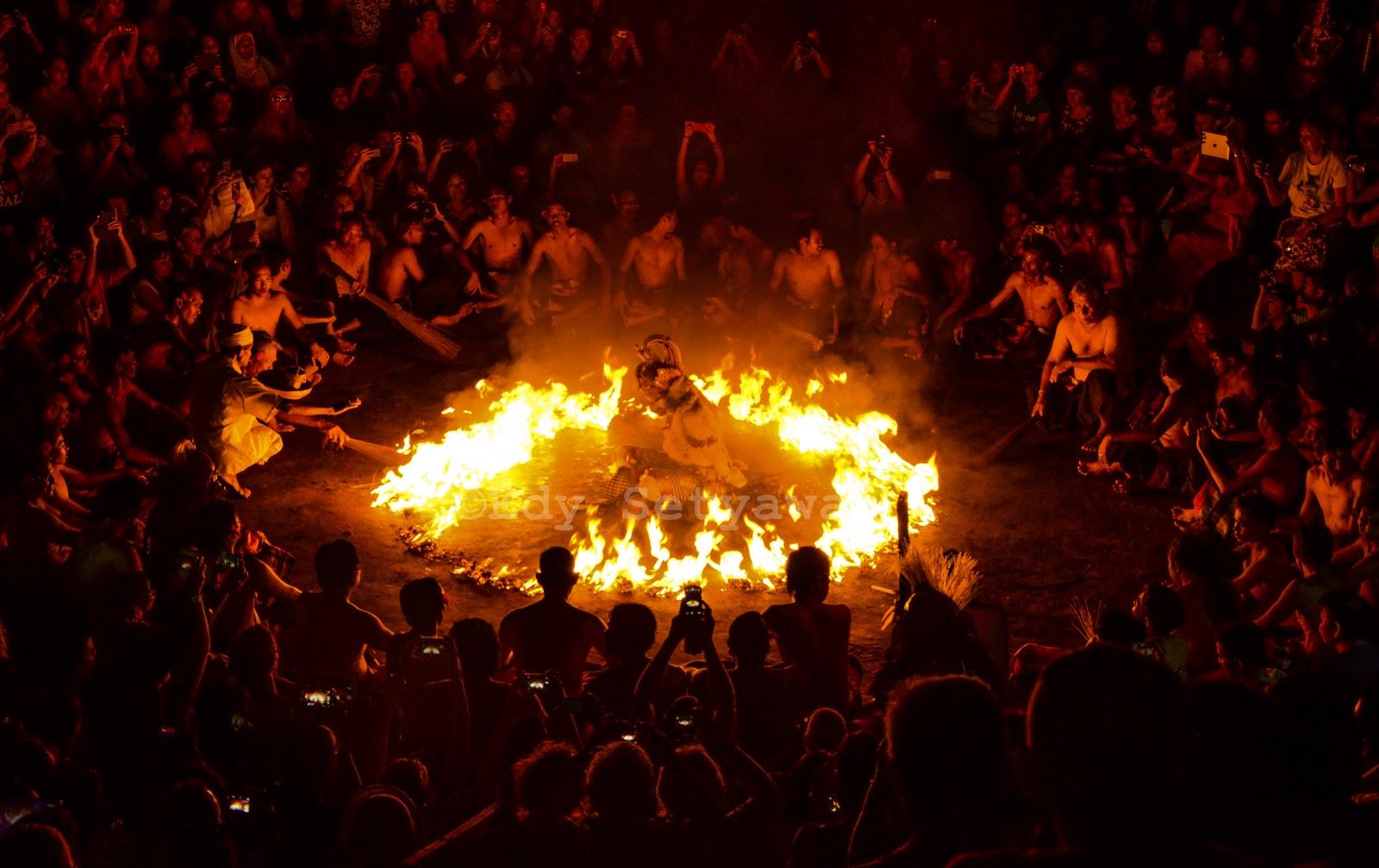 Hanoman yang telah tertangkap oleh raksasa-raksasa utusan Rahwana, dengan tangan terikat, dibakar di tengah kobaran api