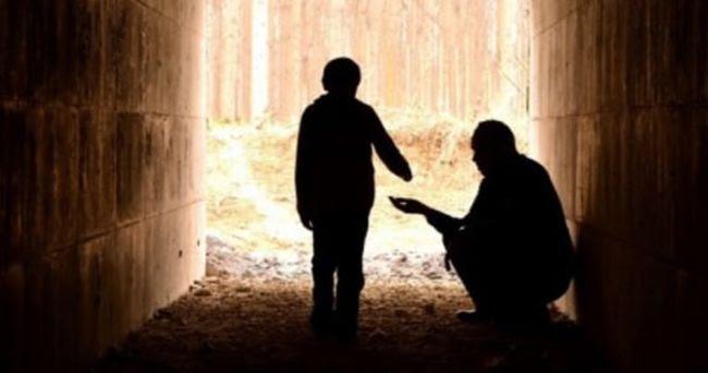 мальчик помогает бездомному
