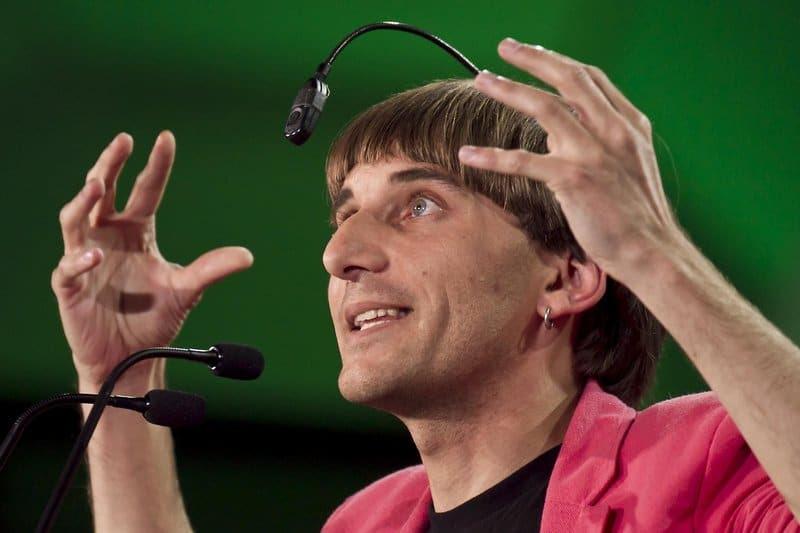 Neil Harbisson, um artista de Barcelona, tem uma câmera implantada na parte de trás de sua cabeça, que ele diz que lhe permite ouvir a cores