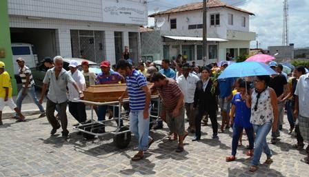 Dezenas de pessoas acompanharam o velório e enterro de Patrícia, em Argelim