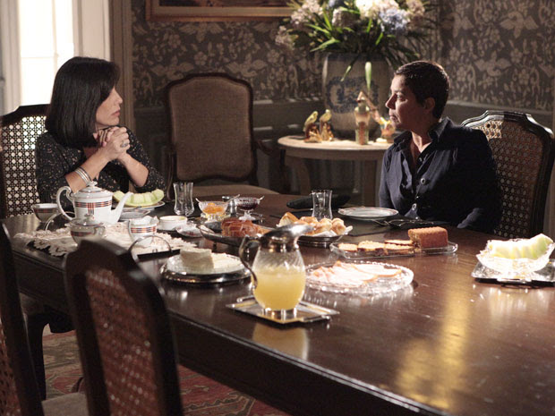 Jandira percebe clima entre Norma e Léo e não entende atitudes da amiga (Foto: Insensato Coração / Tv Globo)