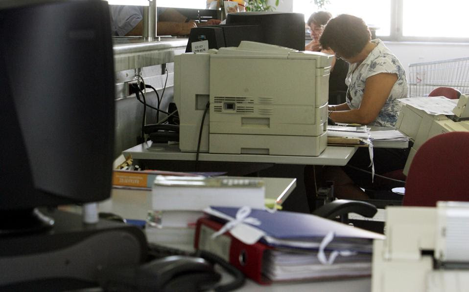 Στη σφαίρα του σχεδιασμού παρέμεινε η αυτόματη ηλεκτρονική ενημέρωση των φορολογικών αρχών για την έκδοση των τιμολογίων, στην οποία θα προχωρούν εκατοντάδες χιλιάδες επιτηδευματίες και επιχειρήσεις.