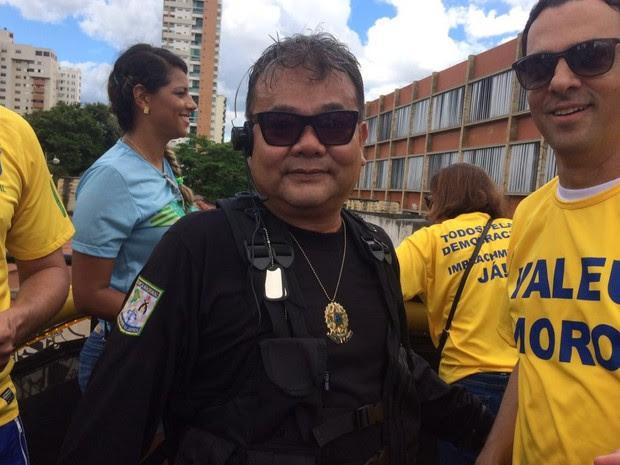 Sósia do japonês da federal participa de protesto em Goiânia (Foto: Giovana Dourado/ TV Anhanguera)