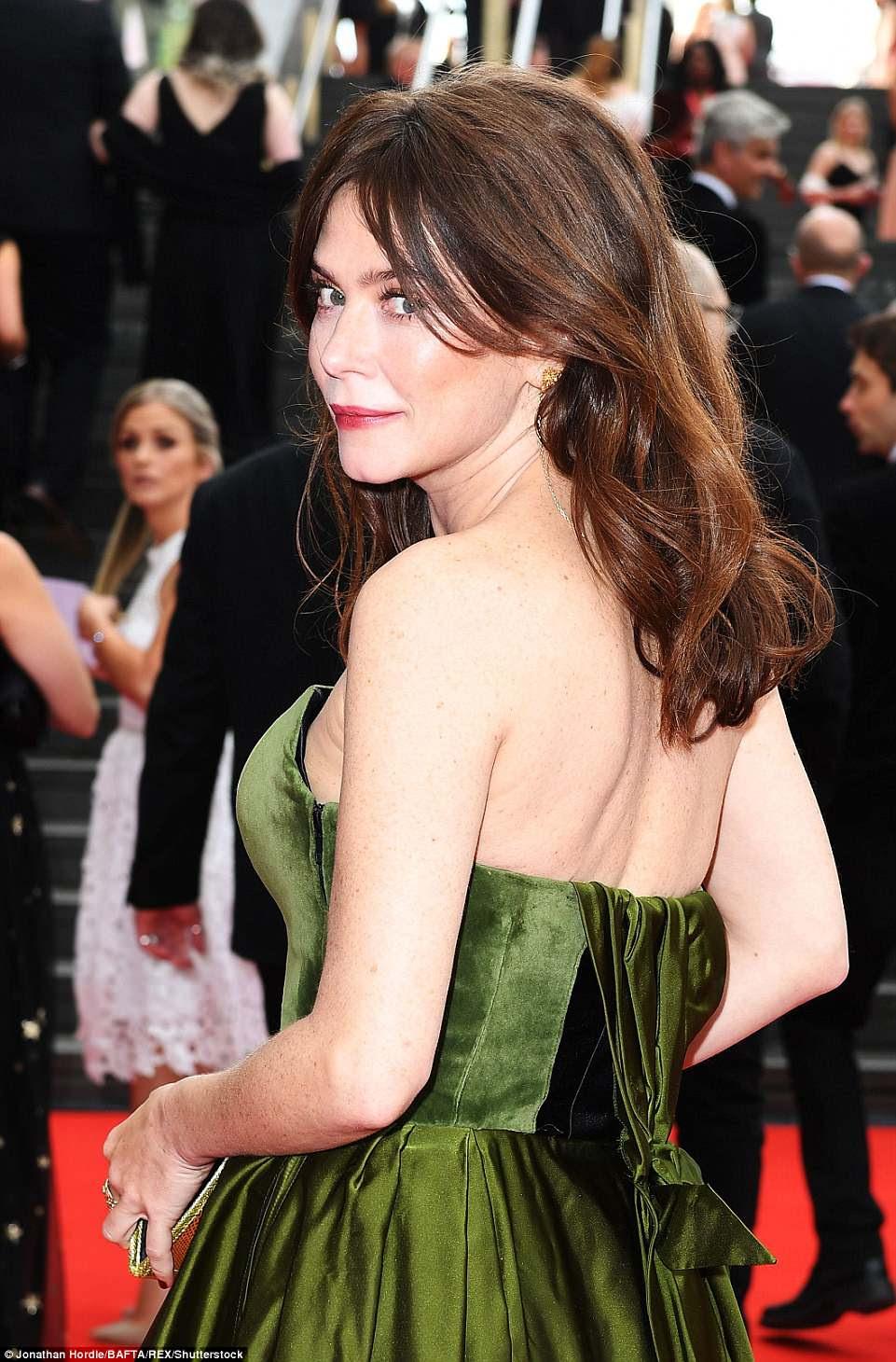 Beleza morena: A atriz lançou seu olhar com um brilho rosa e estilizou seus cabelos em cachos