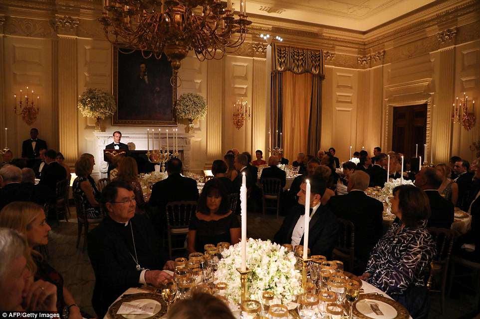 Presidente francês Emmanuel Macron fala durante um jantar de estado em sua homenagem na Casa Branca