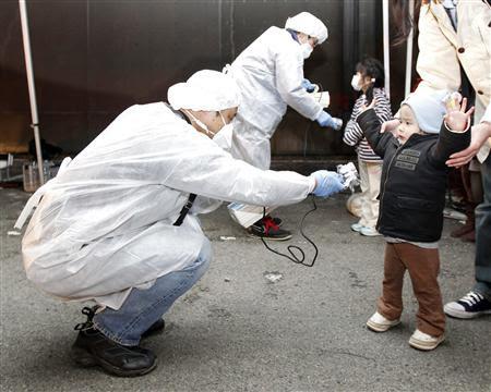 放射線量を測る子供