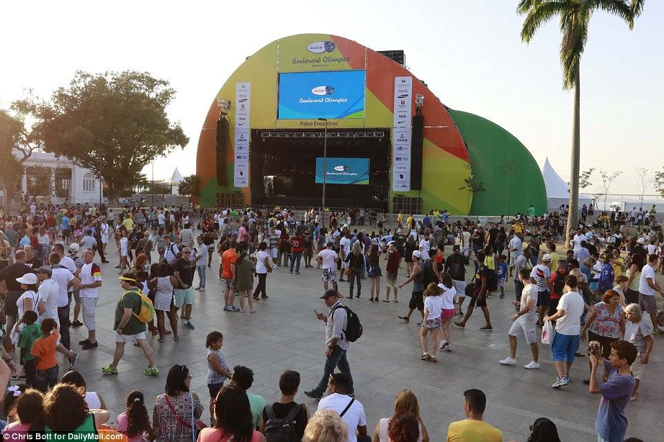 Uma multidão se reuniu em uma zona do ventilador perto de Port Mauá Boulevard Olimpico antes da cerimônia