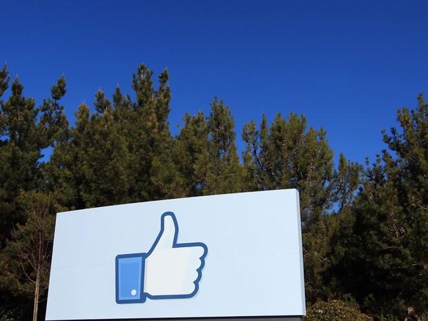 Versão gigante do ícone Curtir, popularizado pelo Facebook, é exibido na entrada da nova sede da rede social em Menlo Park, na Califórnia (Foto: Robert Galbraith/Reuters)