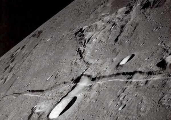 Gambar ini di foto dari pesawat ulang alik NASA