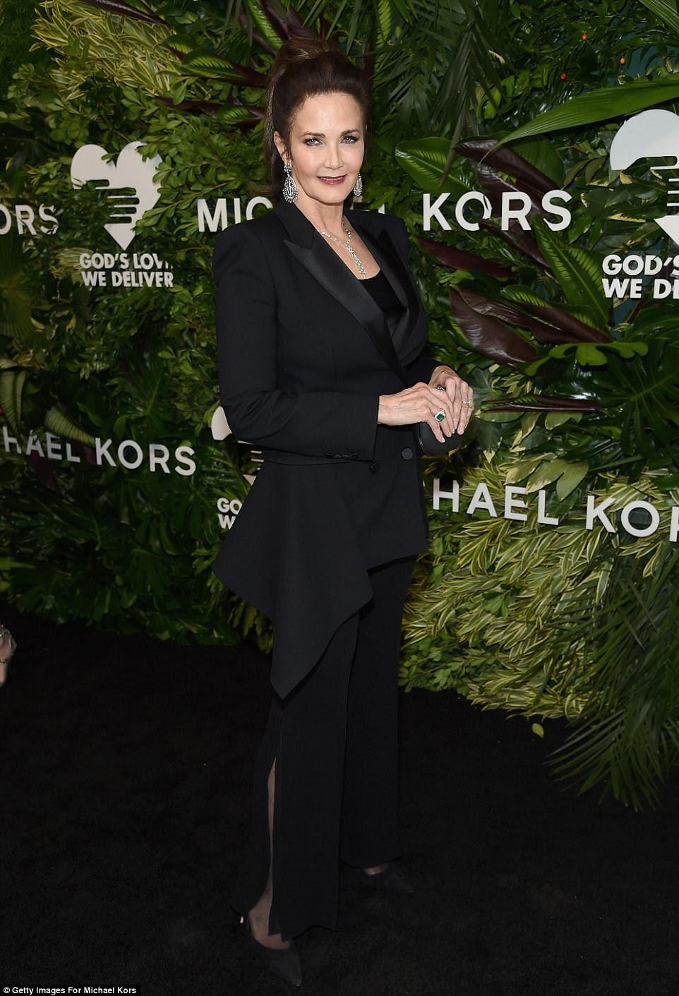 Super estilo!  A super-mulher Lynda Carter era ultra chique em um terno preto com calças queimadas