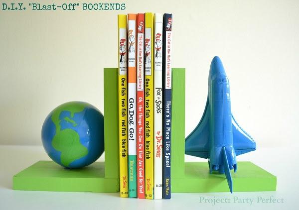 Полка для книг в виде планеты и космического корабля