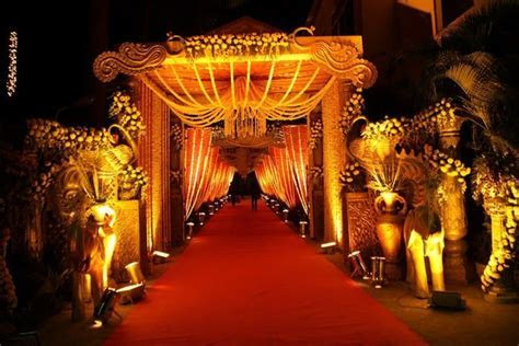 Entrance gate based on golden red traditional theme