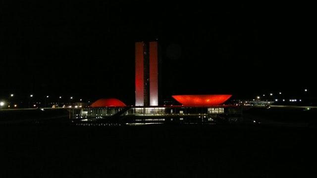 Congresso se ilumina de vermelho em apoio ao Dia Mundial do Doador de Sangue