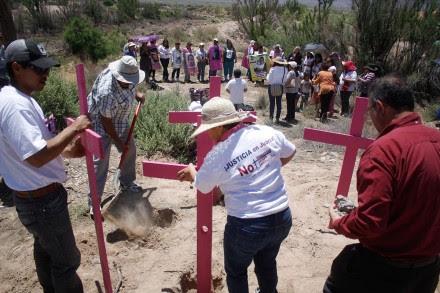 Familiares de mujeres desaparecidas en el Arroyo del Navajo, Ciudad Juárez. Foto: Ricardo Ruíz