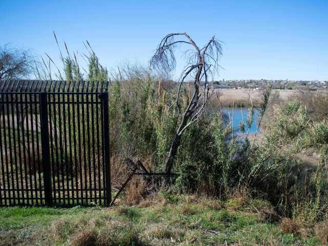 Border fencing comes to an abrupt stop outside the town limits of Del Rio, Texas. (File Photo: Jim Watson/AFP/Getty Images)