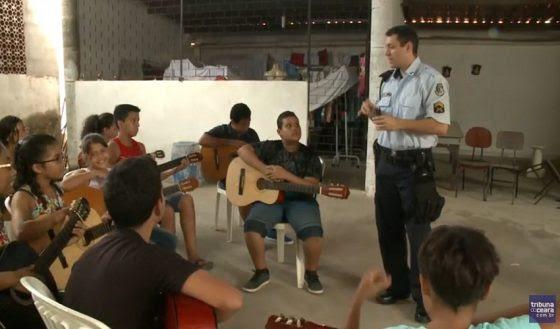 """Projeto """"Violão Comunitário"""" (FOTO: Reprodução/TV Jangadeiro)"""