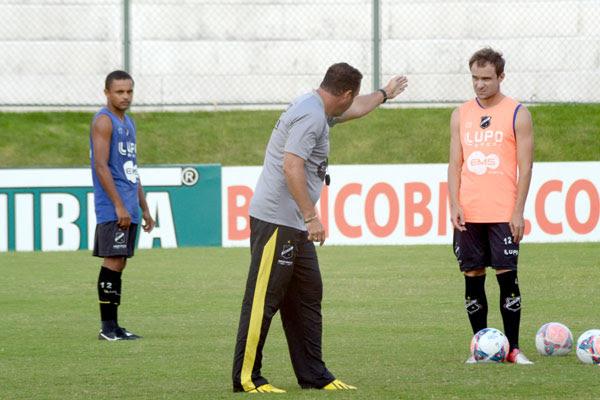 O técnico Roberto Fernandes não antecipou a escalação e não adiantou se titulares voltam ao time