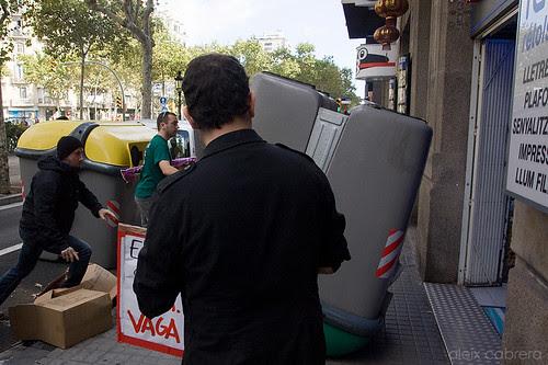 Membres de la CGT encasten un contenidor en una botiga