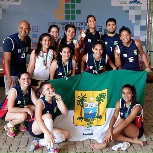 Equipe do Vôlei Feminino do IFRN Currais Novos comemorando a conquista medalha de ouro