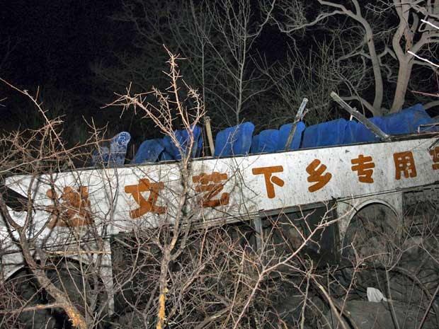 Destroços do ônibus que caiu por uma encosta, matando 20 de seus passageiros na China. (Foto: China Daily / Reuters)