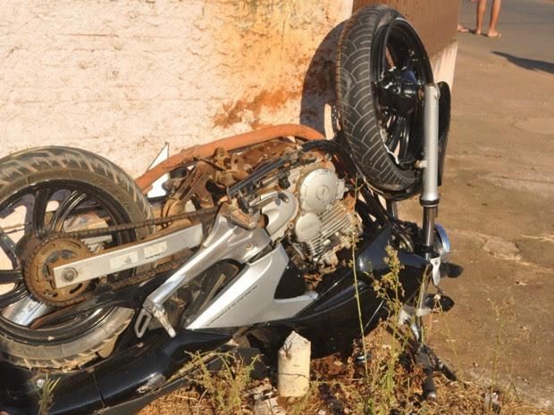 Após colisão, motocicleta parou com as rodas para cima (Foto: Eliseu Vieira/Folha do Sul/Reprodução)