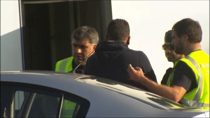 Un dels detinguts introduït al autobús de la Guàrdia Civil a Maçanet