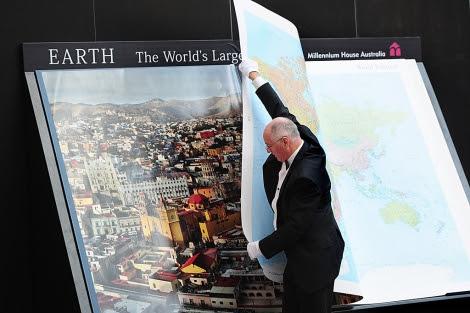 Gordon Cheers, con su atlas.   AFP