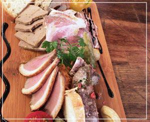津田沼「ビストロコモ食堂」にて、定番おつまみのシャルキュトリー盛合せ。今日はこんな感じ。