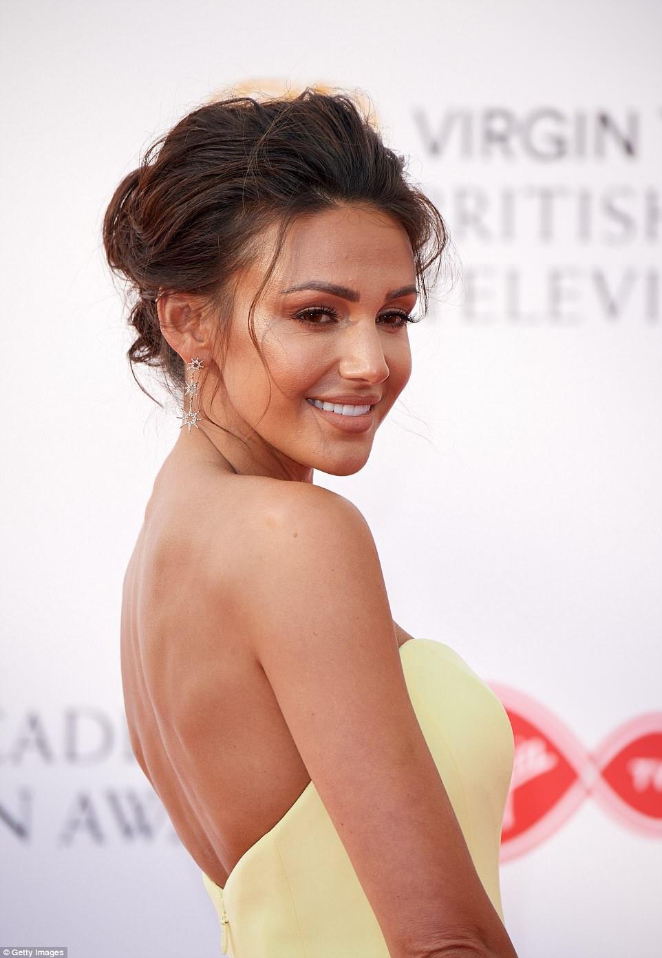Bronzeada: A atriz deslumbrante desencadeou suas características marcantes com uma varredura de bronzer e um lábio nu