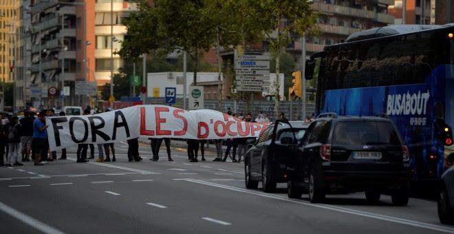 Piquetes en la Gran Vía de Barcelona. - REUTERS