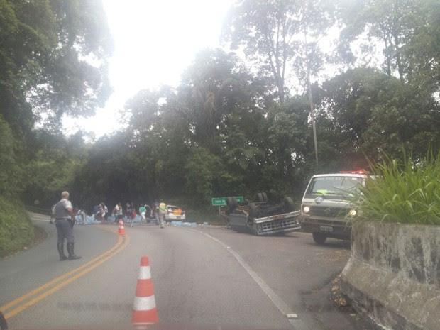Caminhonete carregada com água tomba na rodovia Oswaldo Cruz (Foto: Arquivo Pessoal)