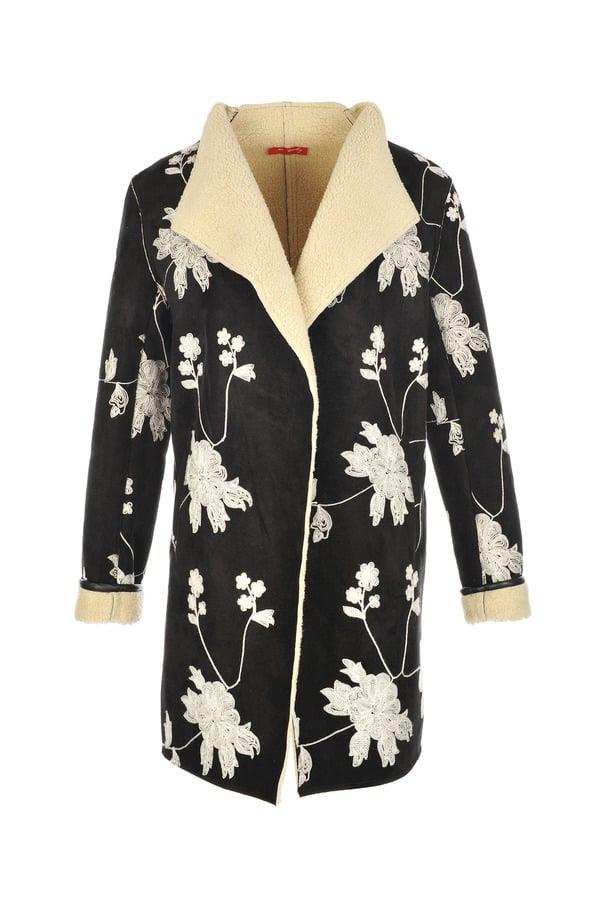 Manteau en peau retournée brodé de fleurs.
