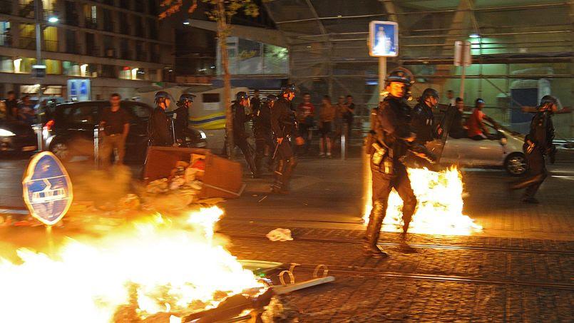 Des policiers ont eu affaire à quelques heurts tard dans la nuit sur la Canebière, à Marseille.