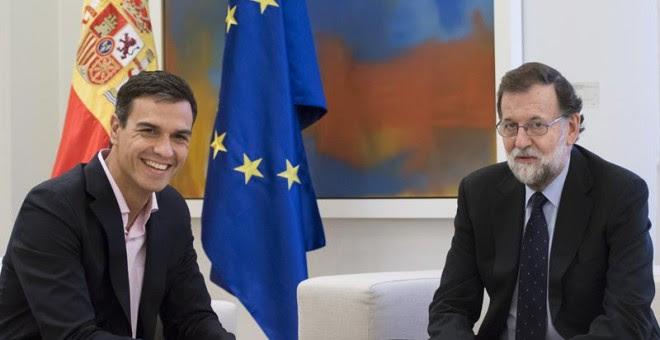 El presidente del Gobierno, Mariano Rajoy, recibe al líder del PSOE, Pedro Sánchez, esta tarde en el Palacio de la Moncloa para analizar la situación tras la jornada de ayer en Catalunya - EFE/Luca Piergiovanni